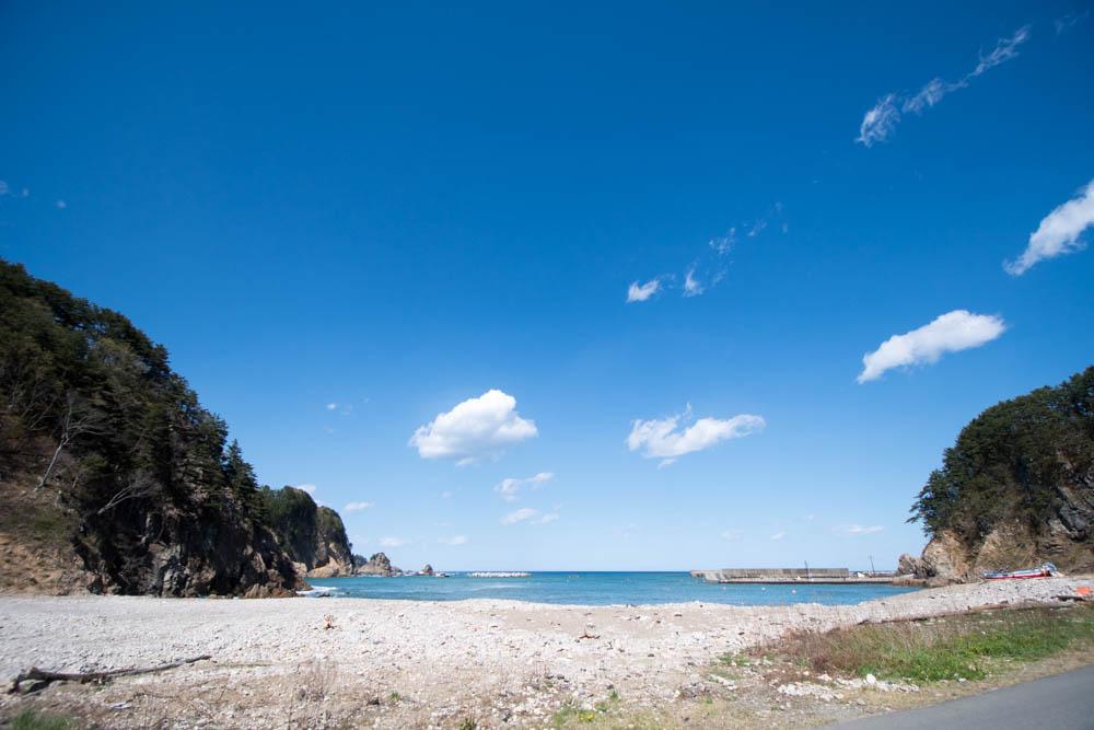浄土ヶ浜で「青の洞窟」を予定変更して、牡蠣小屋へ。そこで目にしたもの