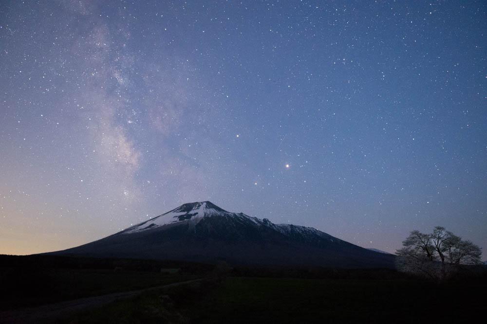 ニコンD500夜景レビューin岩手山「上坊牧野の一本桜で天の川」遍